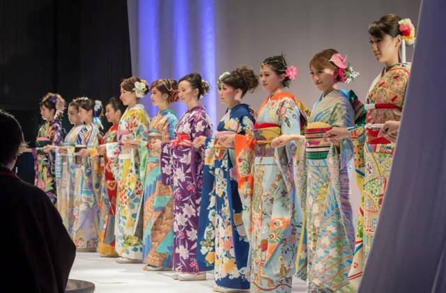 La sfilata di kimono per la pace nel mondo