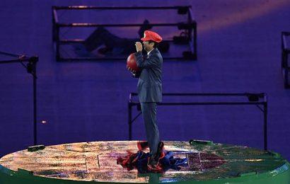 Shinzo Abe vestito da Super Mario alla chiusura dei giochi olimpici